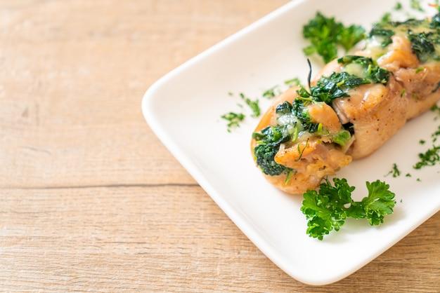 Poitrines de poulet farcies aux épinards et au fromage sur assiette