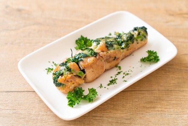 Poitrines de poulet farcies aux épinards et fromage sur plaque
