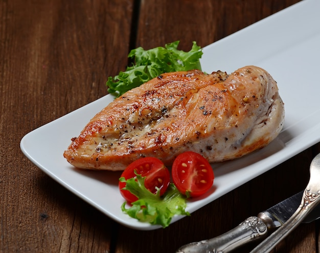 Poitrines de poulet grillées dans une assiette blanche