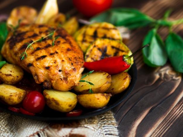 Poitrines de poulet grillées avec des légumes