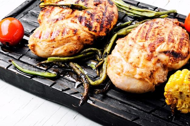 Poitrines de poulet grillées marinées