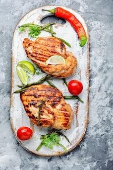 Poitrines de poulet saines grillées