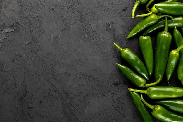 Poivre épicé vert frais mûr moelleux sur un bureau gris