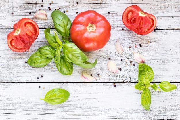 Poivre noir, ail, basilic et tomates. ingrédients pour la cuisine.