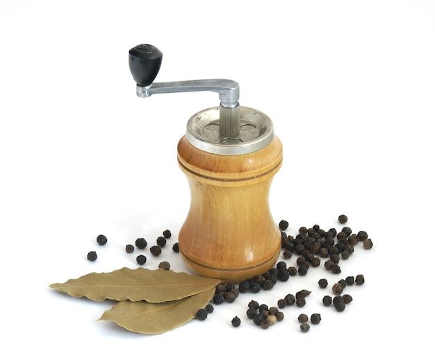 Poivre noir, laurier et moulin à épices