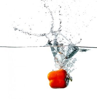 Le poivre tombe dans l'eau