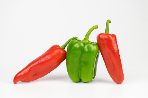 Le poivre vert entre les poivrons rouges