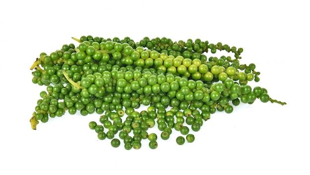 Poivre vert frais isolé sur fond blanc.