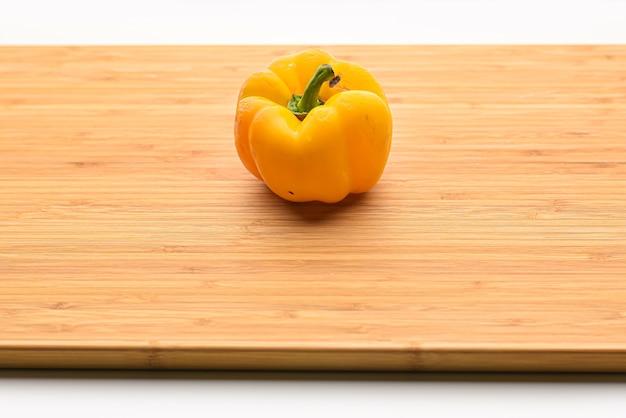 Poivron jaune dans un bol en bois isolé