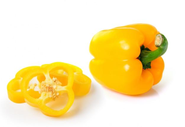 Poivron jaune sur espace blanc