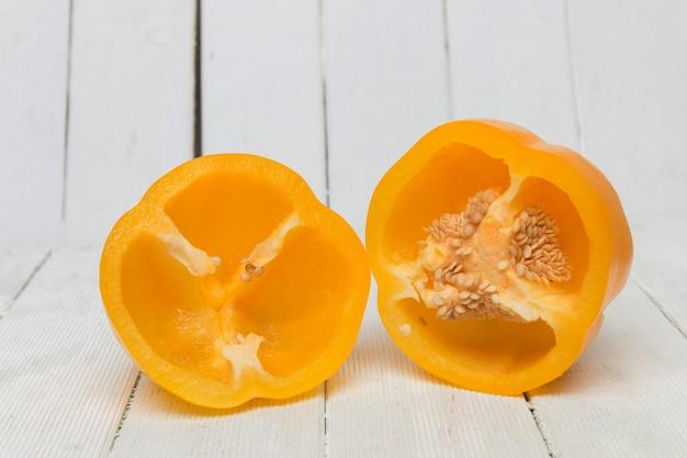 Poivron jaune frais et coloré en tranches