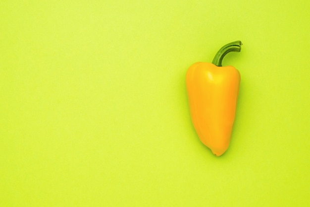 Poivron jaune mûr sur fond vert clair. la nourriture végétarienne.
