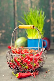 Poivron rouge chaud et ingrédients pour la cuisson