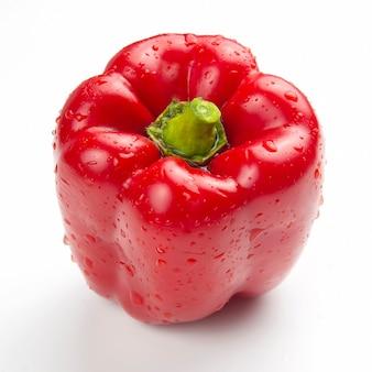 Poivron rouge sur fond blanc. nourriture vitaminée