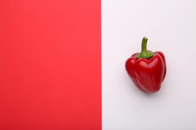 Poivron rouge sur fond coloré avec espace de copie