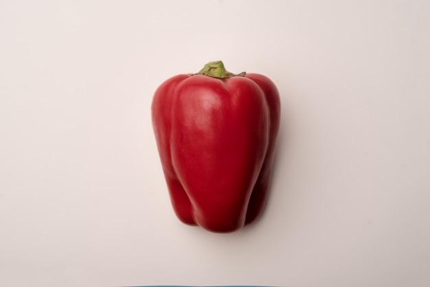 Poivron rouge isolé sur blanc