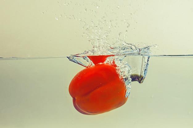 Le poivron tombe dans l'eau