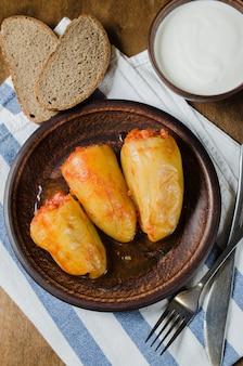Poivrons farcis au riz et ragoût de viande hachée aux tomates, pain de seigle. nourriture rustique.