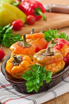 Poivrons farcis de poulet haché aux carottes avec sauce tomate