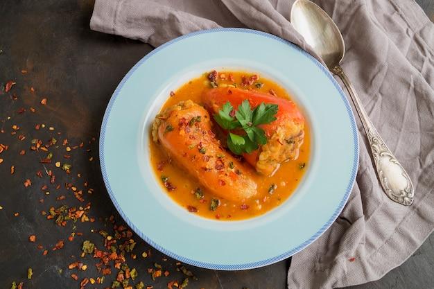 Poivrons farcis de viande hachée à la sauce tomate.