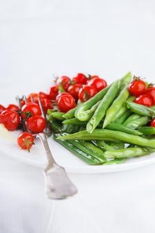 Poivrons haricots verts avec tomates cerises. salade d'été