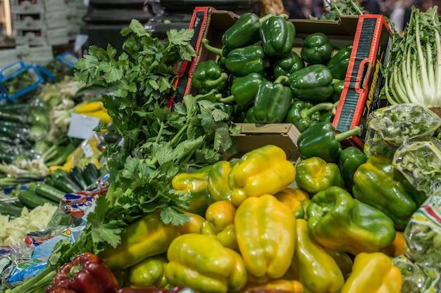 Poivrons jaunes et verts à vendre