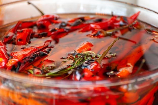Poivrons marinés rouges se bouchent à un festival de cuisine de rue