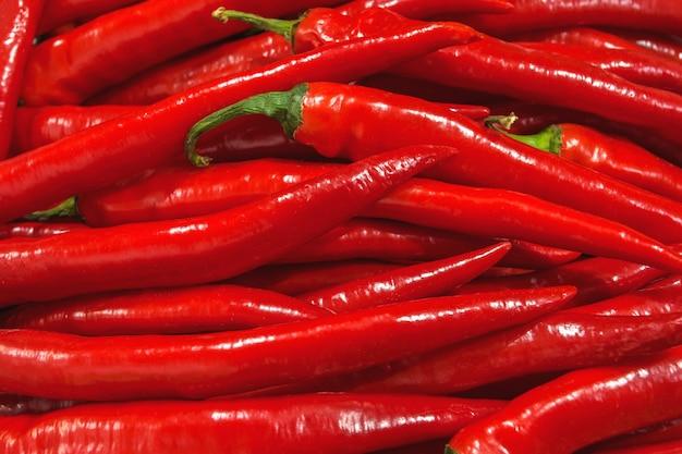 Poivrons rouges au marché aux légumes ou au magasin d'alimentation en gros. fond de poivre.