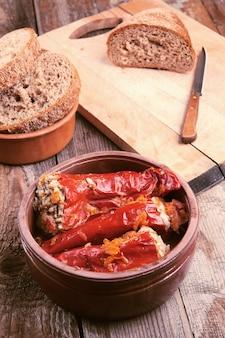 Poivrons rouges farcis à la viande et au riz