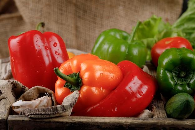 Poivrons rouges et jaunes avec de la verdure.