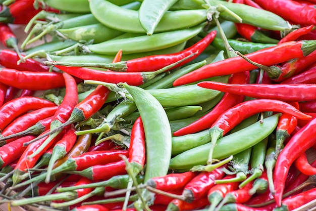 Poivrons rouges et pois verts frais du jardin.