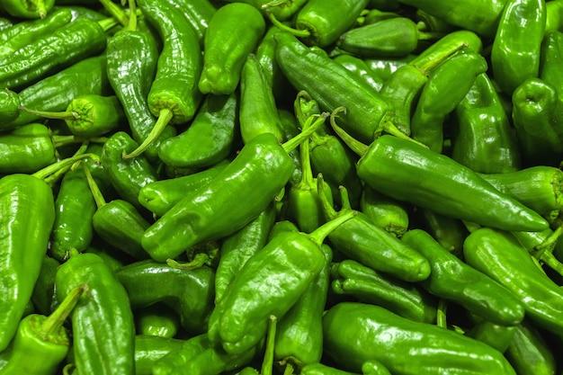 Poivrons verts au marché aux légumes ou au magasin d'alimentation en gros. fond de poivre.