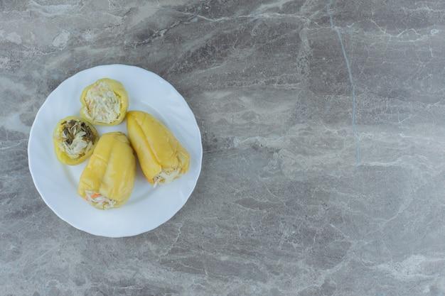 Poivrons verts farcis. choucroute aux poivrons, cornichon maison.