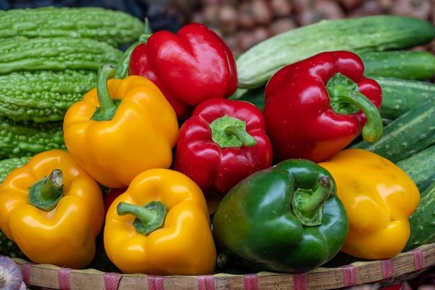 Poivrons verts, jaunes et rouges à vendre au marché de l'alimentation de rue dans la vieille ville de hanoi, vietnam. fermer