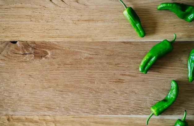 Poivrons verts sur table en bois