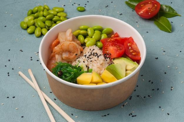 Poke aux crevettes, haricots et haricots végétaux