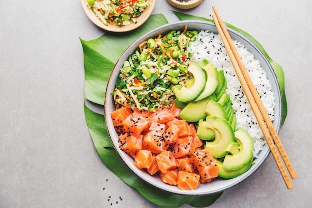 Poke bol avec du saumon servi dans un bol