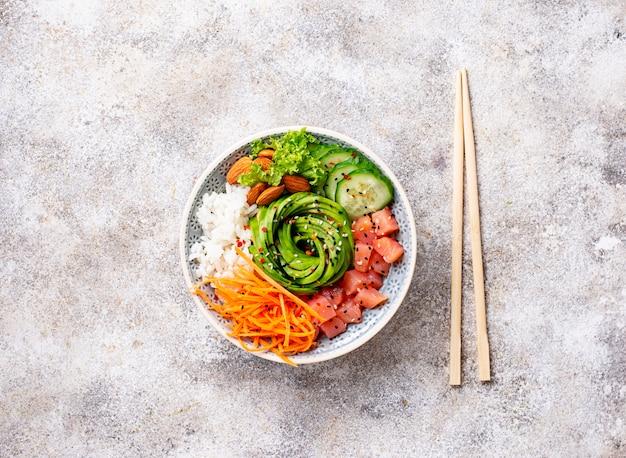 Poke bol hawaïen avec du saumon, du riz et des légumes