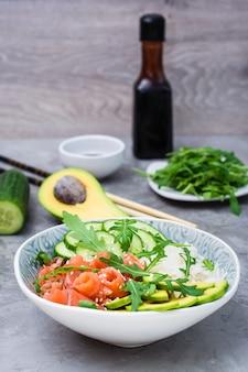 Poke bol avec légumes saumon et graines de sésame