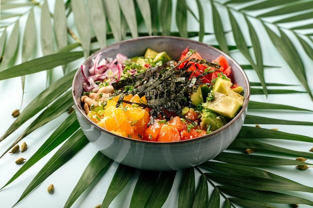 Poke bowl au saumon épicé hawaïen avec riz et légumes