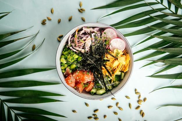 Poke bowl au saumon hawaïen avec riz et légumes