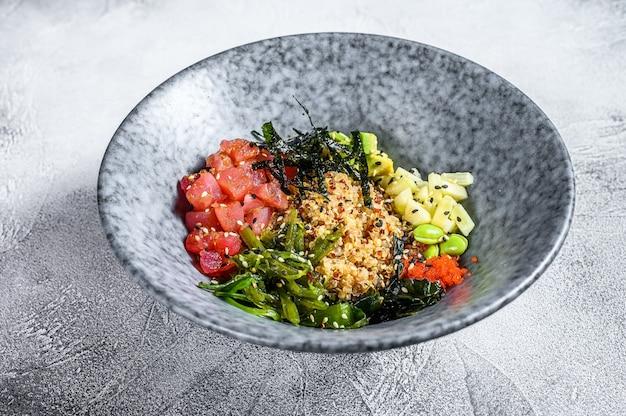 Poke bowl au thon aux algues, avocat, concombre, radis, graines de sésame