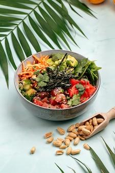 Poke bowl au thon hawaïen bio avec riz et légumes