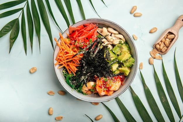 Poke bowl aux crevettes hawaïennes avec riz et légumes