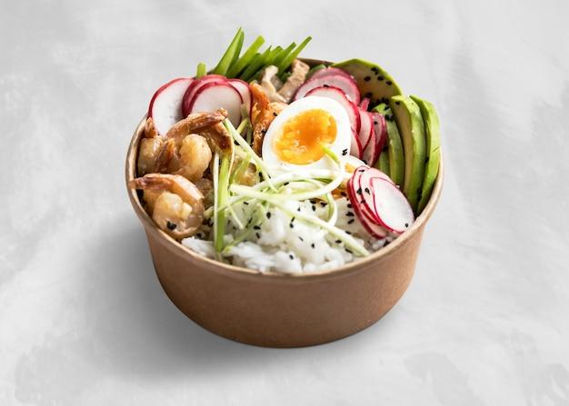 Poke Bowl Aux œufs Et Crevettes à Emporter Photo gratuit