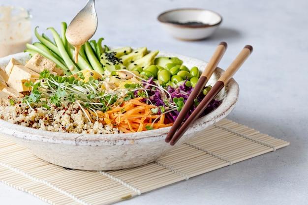Poke bowl végétalien avec photographie de tofu mariné