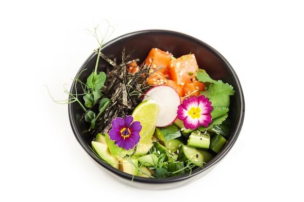 Poke avec du saumon dans un bol ingrédients avec du saumon frais