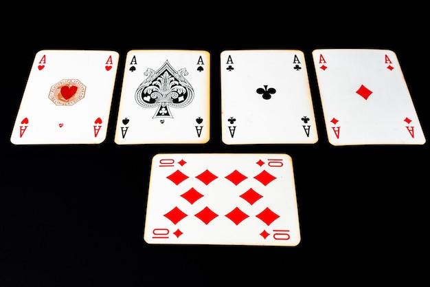Poker des as sur une surface noire.