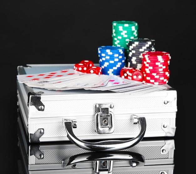 Poker sur un boîtier métallique isolé sur un espace noir
