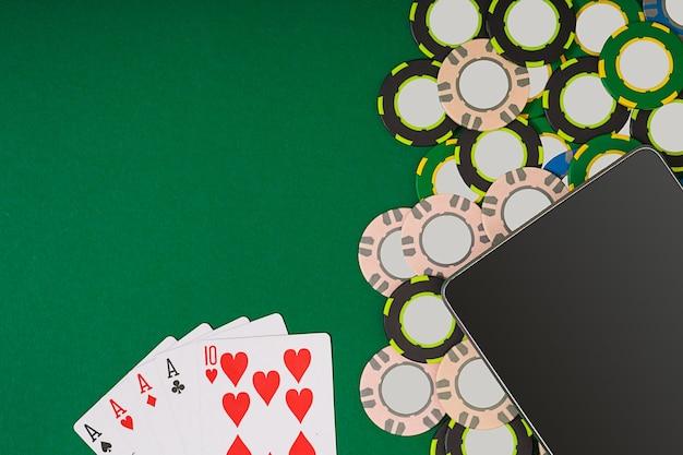 Poker. vue d'en haut avec espace de copie. maquette de mise en page de modèle de bannière pour casino en ligne. table verte, vue de dessus sur le lieu de travail.